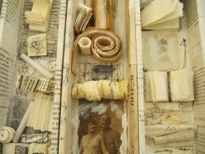 boites -livres à base de papiers et objets divers...